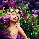 Blondine mit Blumen-im Frühjahr Garten Lizenzfreies Stockbild