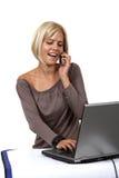Blondine mit Computer Lizenzfreie Stockfotos