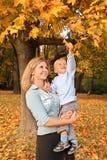 Blondine mit dem Sohn im Park Lizenzfreies Stockbild