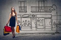 Blondine mit den blauen Augen, die Einkaufenbeutel nehmen lizenzfreie stockbilder