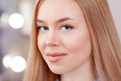 Blondine mit den gefühllosen Augenbrauen, die auf Dauerhaftes warten, bilden Stockbild