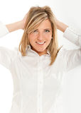 Blondine mit den Händen auf ihrem Kopf Stockbilder