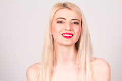 Blondine mit den roten Lippen, Make-up und Lächeln mit den Zähnen Makrodetail des kosmetischen Behälters voll echter Perlen über  Stockbild