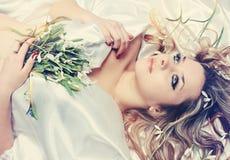 Blondine mit den Schneeglöckchen, abgetönt lizenzfreie stockfotos