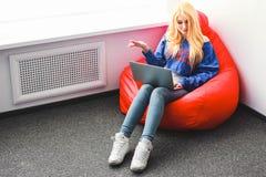 Blondine mit einem Laptop vergangen lizenzfreies stockfoto