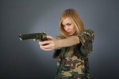 Blondine mit einem Revolver Stockfotos