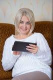 Blondine mit einem Tablet-PC Stockbilder