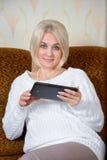 Blondine mit einem Tablet-PC Lizenzfreies Stockfoto