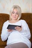 Blondine mit einem Tablet-PC Stockfotografie