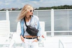 Blondine mit einer Tasche Stockbild