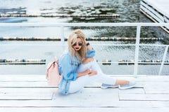 Blondine mit einer Tasche Stockfotografie