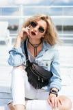 Blondine mit einer Tasche Lizenzfreie Stockfotos