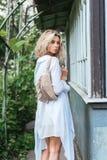 Blondine mit einer Tasche Lizenzfreies Stockfoto