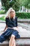 Blondine mit einer Tasche Stockbilder