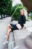 Blondine mit einer Tasche Lizenzfreie Stockbilder