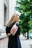 Blondine mit einer Tasche Stockfotos