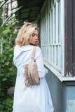 Blondine mit einer Tasche Lizenzfreie Stockfotografie