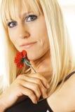 Blondine mit einzelner Blume Stockfoto