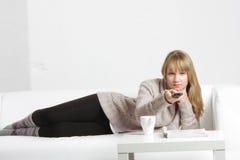 Blondine mit Fernsteuerungs Lizenzfreie Stockfotografie