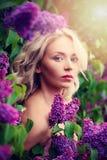 Blondine mit gesunder Haut und dem blonden gelockten Haar galan Stockbilder