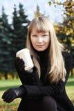 Blondine mit Getränkschale stockfoto