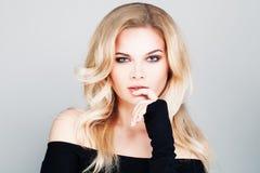 Blondine mit gewelltem Haar und Make-up Permed Lizenzfreies Stockbild