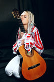 Blondine mit Gitarre lizenzfreie stockfotos
