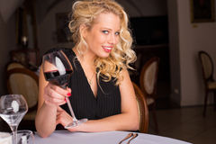 Blondine mit Glas Wein Stockfotos