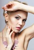 Blondine mit Halskette Stockbild