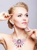 Blondine mit Halskette Stockfotos