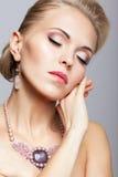 Blondine mit Halskette Lizenzfreie Stockbilder
