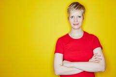 Blondine mit ihren Armen gekreuzt Stockfotografie
