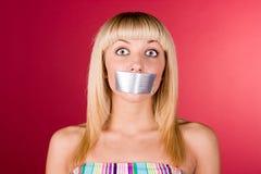 Blondine mit Kanalband auf ihren Lippen Lizenzfreie Stockfotografie