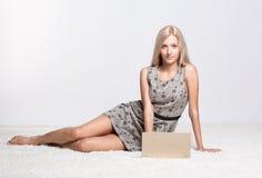 Blondine mit Laptop Stockfotografie