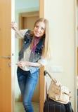 Blondine mit loocking Tür des Gepäcks Lizenzfreie Stockbilder