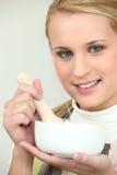 Blondine mit Mörser Lizenzfreies Stockfoto
