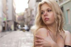 Blondine mit nackten Schultern an der Straße Lizenzfreie Stockfotografie