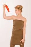 Blondine mit rotem Pfeffer und Paprika Stockbilder