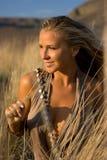 Blondine mit Stroh Lizenzfreie Stockfotografie
