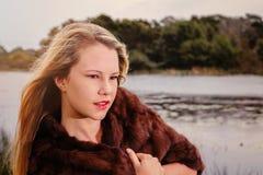 Blondine mit Wildfangmantel Stockfotos