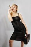 Blondine mit Zigarre und valise Stockfoto