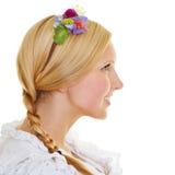 Blondine mit Zopf und Blumen im Haar Lizenzfreie Stockfotos