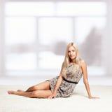 Blondine nahe Fenster Lizenzfreie Stockfotografie