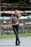 Blondine tragen eine Spitze, die das Sternenbanner kennzeichnet Lizenzfreie Stockfotografie
