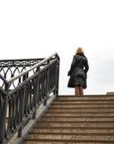 Blondine, Treppen und Geländer, Metallaufbau stockbild