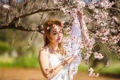 Blondine und Blumen lizenzfreies stockfoto