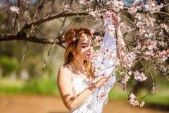 Blondine und Blumen stockfotografie