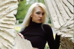Blondine und Denkmal Stockbilder