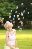 Blondine- und Seifenluftblasen Lizenzfreie Stockfotos