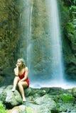 Blondine unter Wasserfall Lizenzfreie Stockfotografie